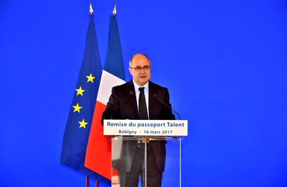 Міністр МВС Франції подав у відставку після журналістського розслідування