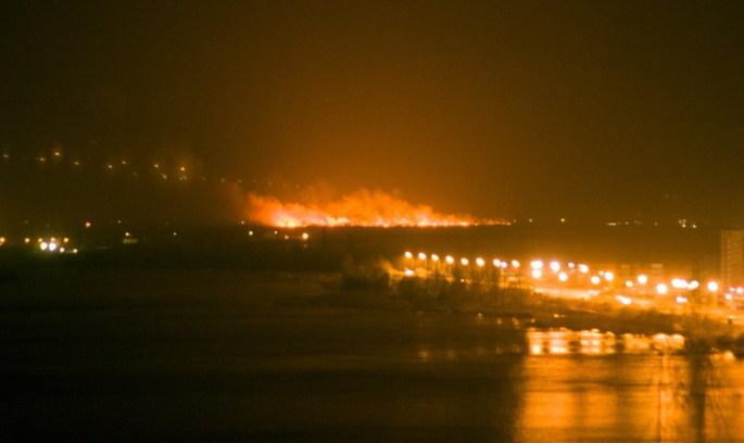 Під Києвом велика пожежа, на місце прибули пожежники (відео)