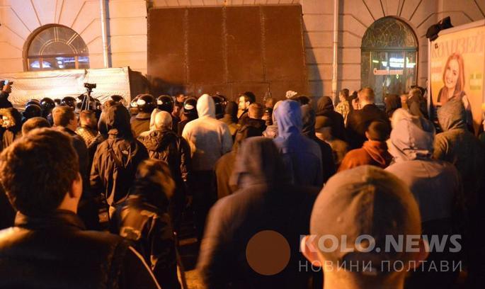 У Полтаві триває кривава сутичка між активістами і забудовниками (ВІДЕО)