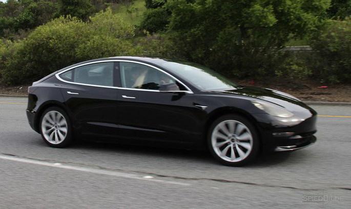 Папарацці «спіймали» Tesla Model 3 під час тест-драйву