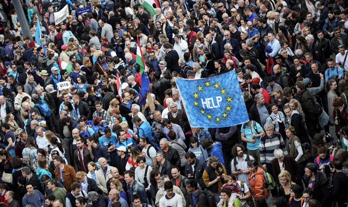 В Угорщині пройшли масові мітинги проти закриття університету Джорджа Сороса