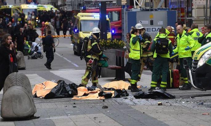 Теракт у Стокгольмі: момент наїзду вантажівки потрапив на відео