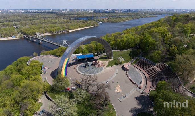 У Києві розфарбовують Арку Дружби народів