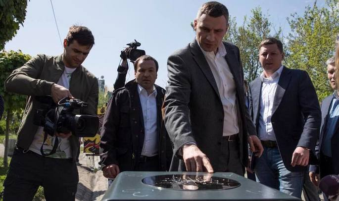 У Києві з'явилися нові смітники – з інформпанелями на сонячних батареях та системою пожежогасіння