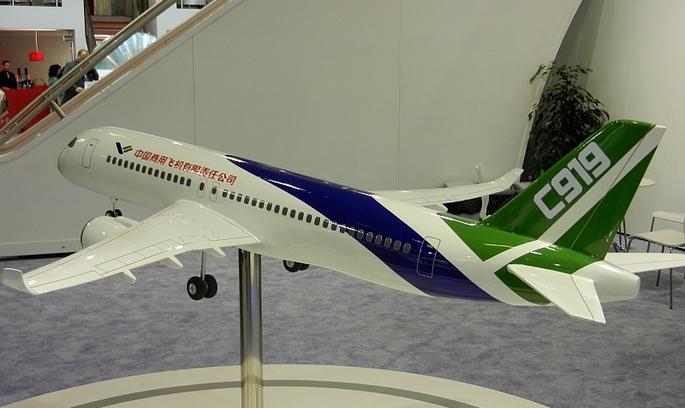 Перший пасажирський літак китайського виробництва С919 здійнявся у небо