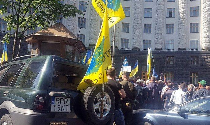 Власники нерозмитнених авто перекрили рух по Грушевського в центрі Києва