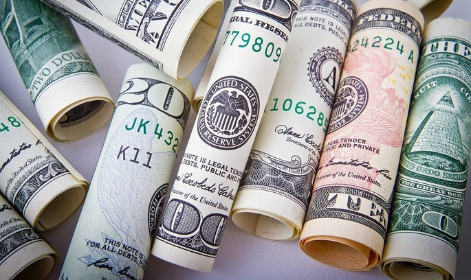 Нацбанк дозволив українцям відправляти більше валюти за кордон