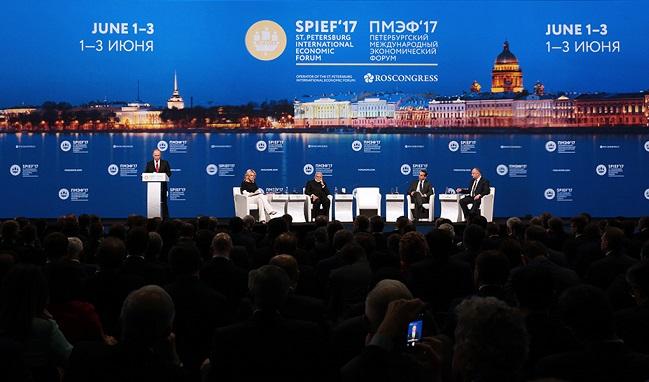 Соцмережі глумляться над командою Путіна «Вільно» на економічному форумі