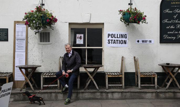 Парламентські вибори в Британії: низька явка і собаки на виборчих дільницях