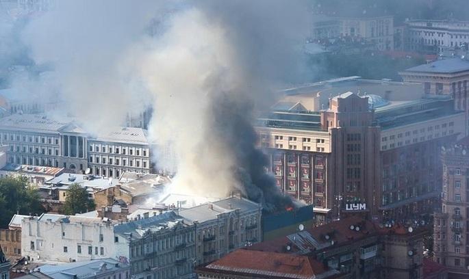 Пожежа на Хрещатику: горить будівля центрального гастроному