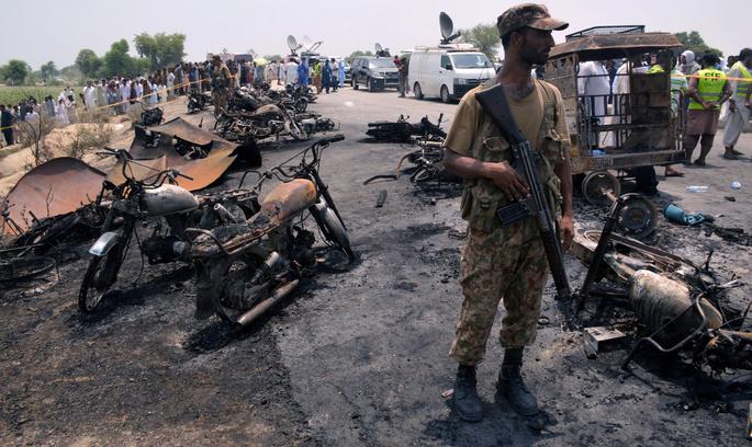 Вибух бензобаку в Пакистані спричинив безглузду загибель 148 людей