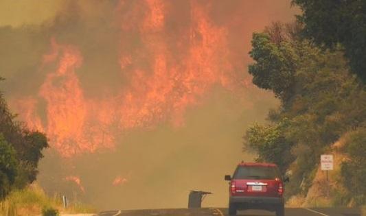 Санта-Барбара горить: 50-градусна спека призвела до масштабних пожеж у Каліфорнії (ВІДЕО)