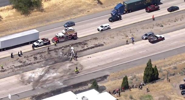 У США літак упав на дорогу, є загиблі