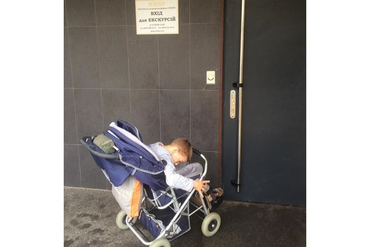 Дитину на інвалідному візку не пустили на екскурсію на фабрику Roshen