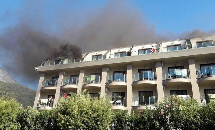 У Туреччині виникла пожежа в люксовому готелі, евакуйовано 4 сотні людей (ВІДЕО)