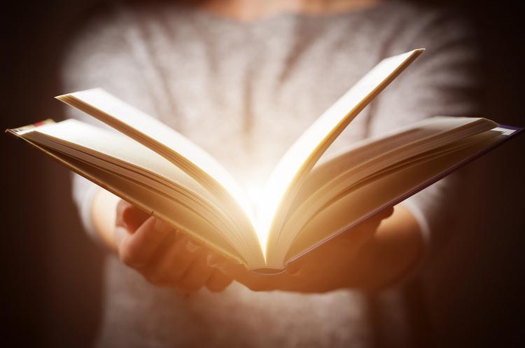 Книга місяця: навіщо читати роман Кейт Аткінсон «Руїни бога»