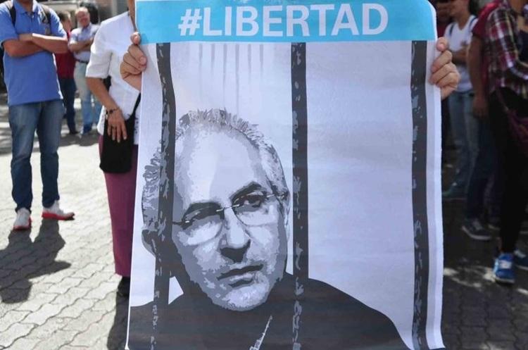 Забрали з дому в піжамі: У Венесуелі заарештовано двох лідерів опозиції