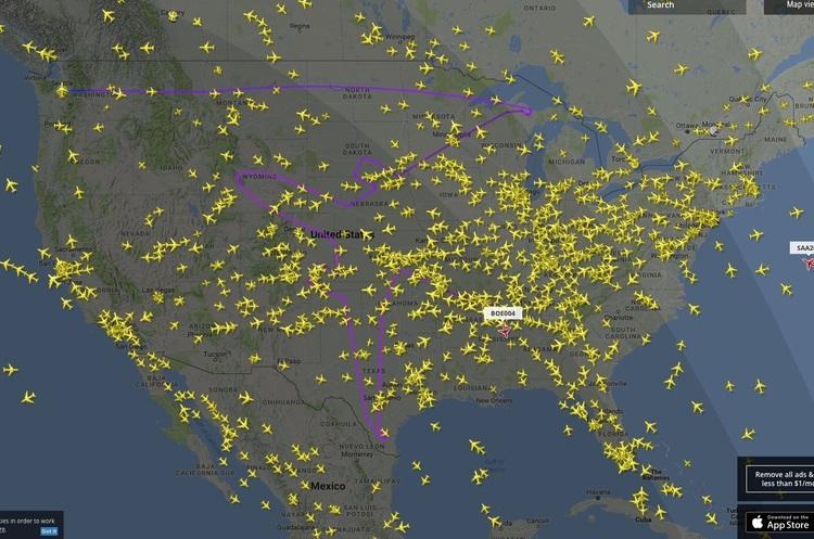 Boeing-787 літає в небі над США і «малює» гігантський силует літака