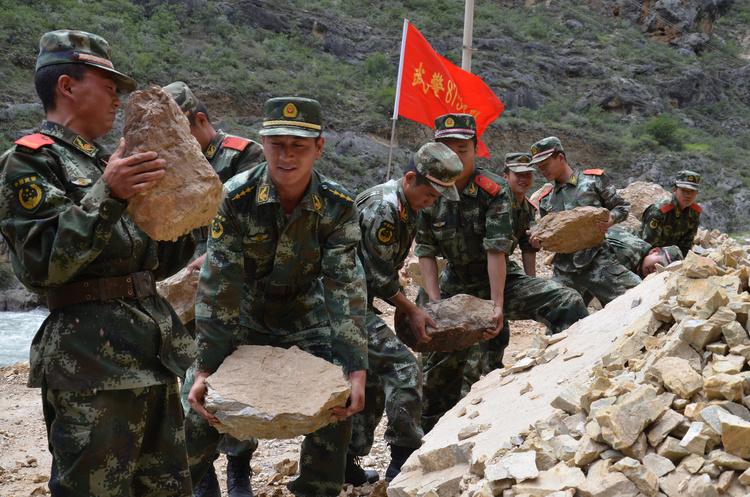 Китай «трусило»: 13 загинуло, 175 поранено (ВІДЕО)