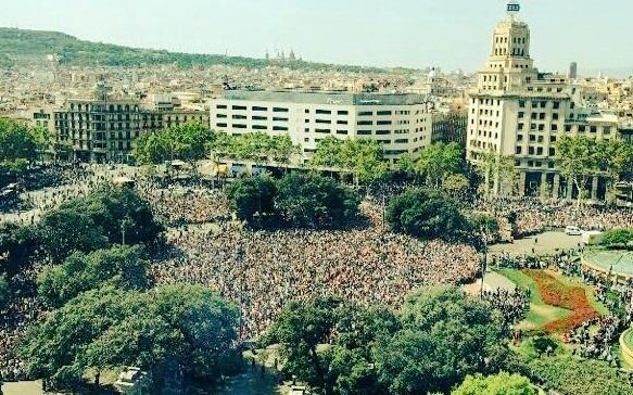 В Барселоні тисячі людей вийшли на центральну площу з гаслами «Ми не боїмося»