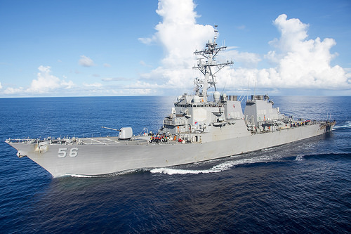 Американський есмінець не розминувся із торговим судном, є постраждалі