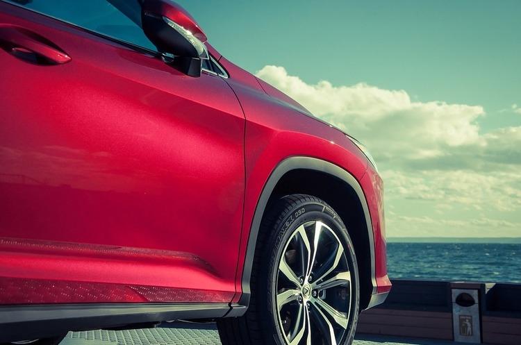 Автомобілів Lexus стали купувати менше