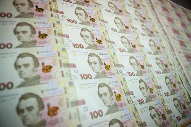 Курси валют: гривня продовжує падати