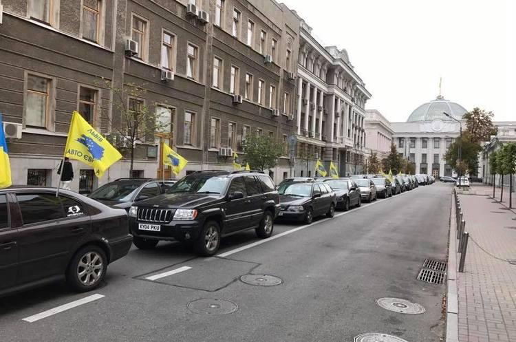 У Києві власники авто на єврономерах розпочали блокування урядового кварталу