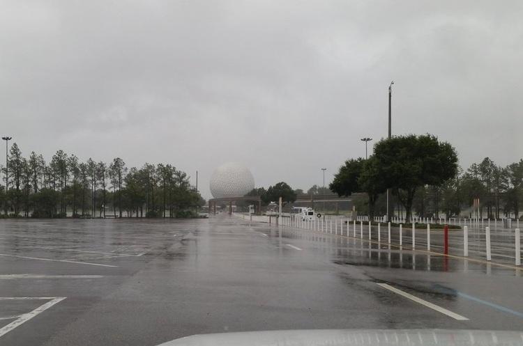 Через ураган у Флориді закрили парк розваг Disney world