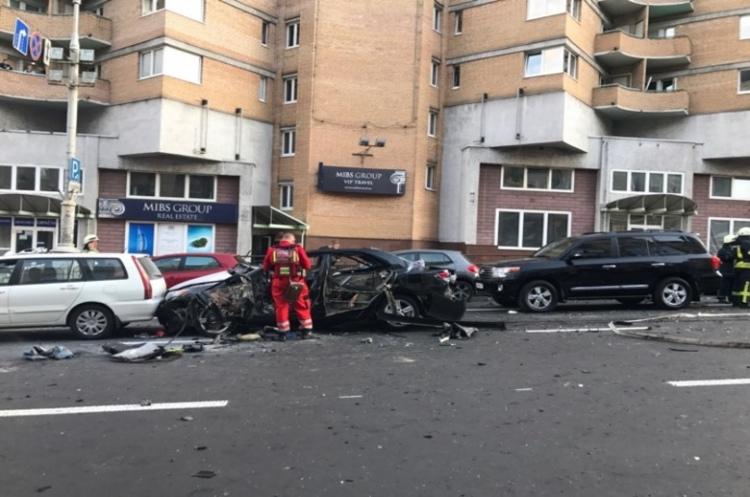 У центрі Києва вибухнув автомобіль з людьми (ВІДЕО)