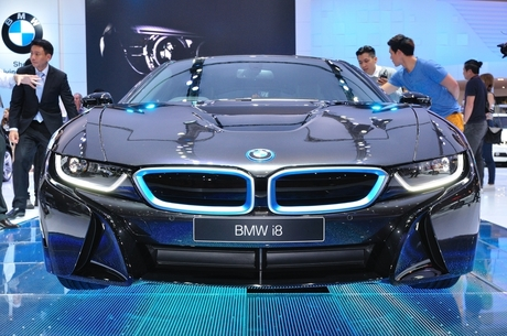 У електромобілів BMW зарядні станції будуть бездротовими (ВІДЕО)