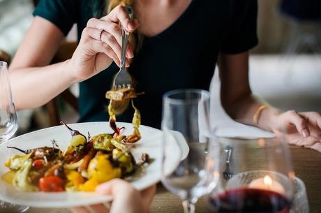 Їжа окремо, алкоголь окремо: чому в ресторані клієнтові приносять два чеки