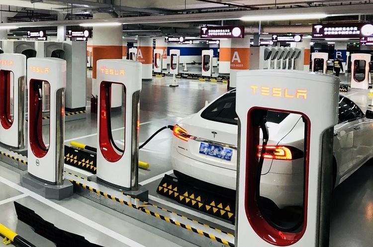 Tesla відкрила найбільший у світі комплекс для зарядки електромобілів