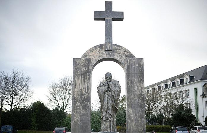 Франція та Польща конфліктують через хрест на статуї Папи Римського