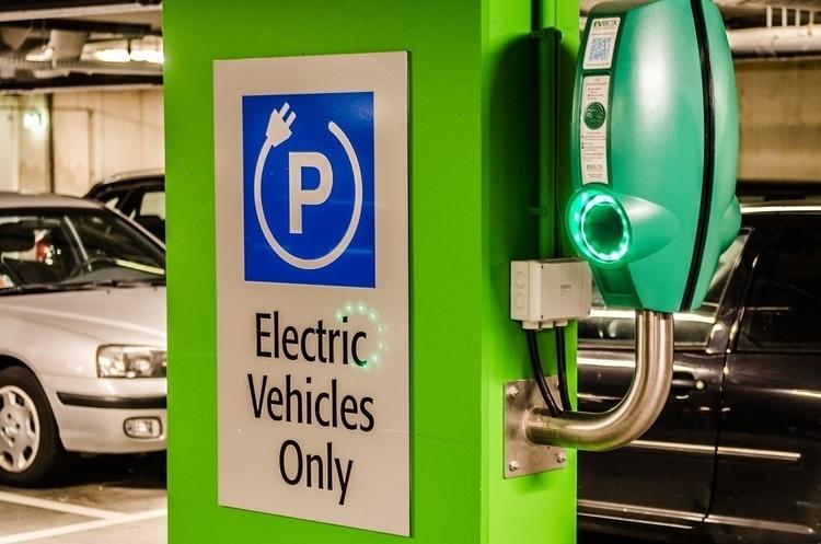 Найбільші світові автовиробники створять мережу електростанцій для підзарядки автівок