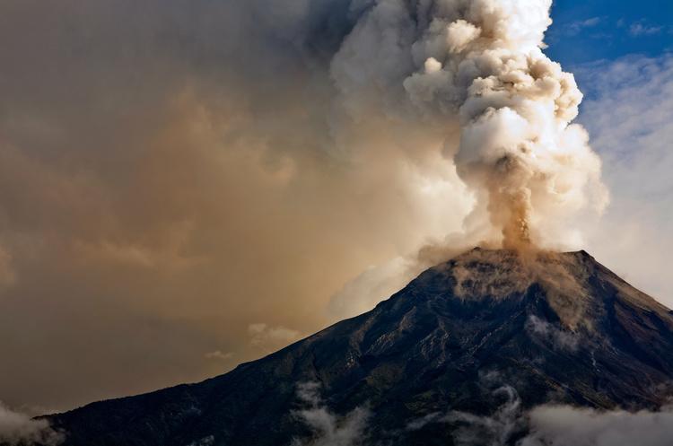 Міжнародний аеропорт на Балі все ще закритий через вулканічний попіл – мінімум до ранку середи