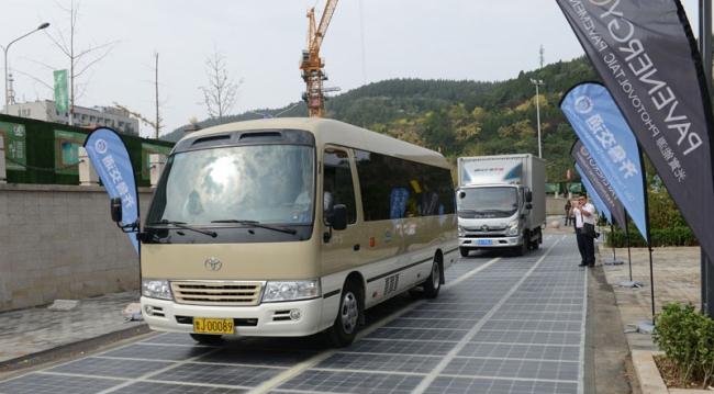 В Китаї запускають автомобільну дорогу, збудовану з сонячних панелей