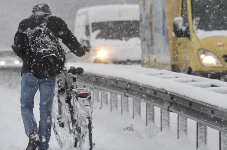 У Бельгії через снігопад затори на дорогах простяглися на 1300 км