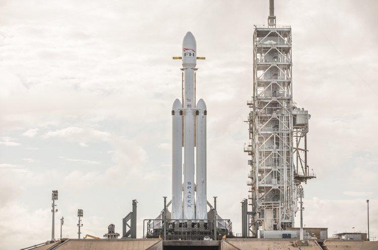 SpaceX показав ракету Falcon Heavy на стартовому майданчику