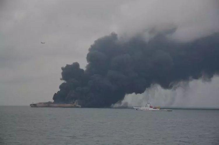 Танкер в Східнокитайському морі продовжує горіти, існує ризик вибуху