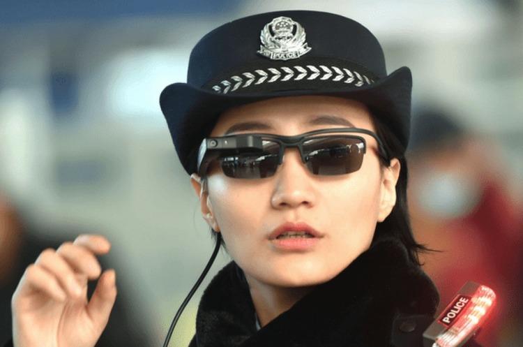 У Китаї поліцейські будуть ловити злочинців за допомогою «розумних окулярів»