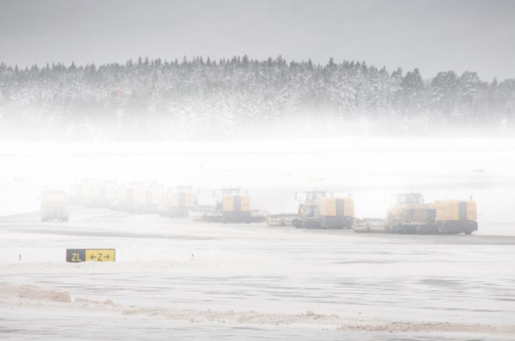 Понад 1500 авіарейсів скасовано (промовисті фото та відео)— США замело снігом