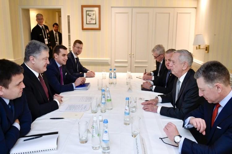 Порошенко обговорив із Меттісом санкції проти РФ та введення миротворчої місії на Донбас