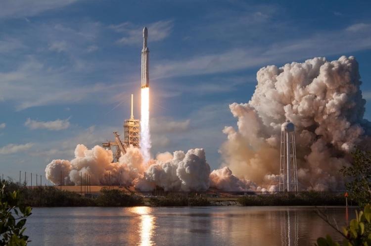 Заплутався парашут: SpaceX знову не вдалося впіймати обтічник ракети Falcon 9