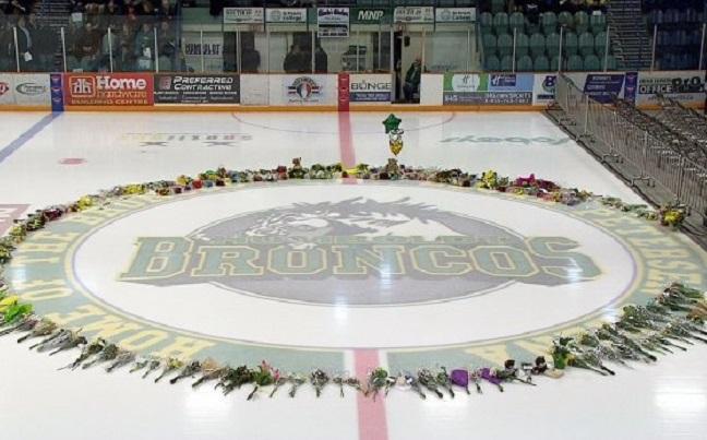 На стадіоні канадського містечка влаштували меморіал в пам'ять про загиблих юних хокеїстів