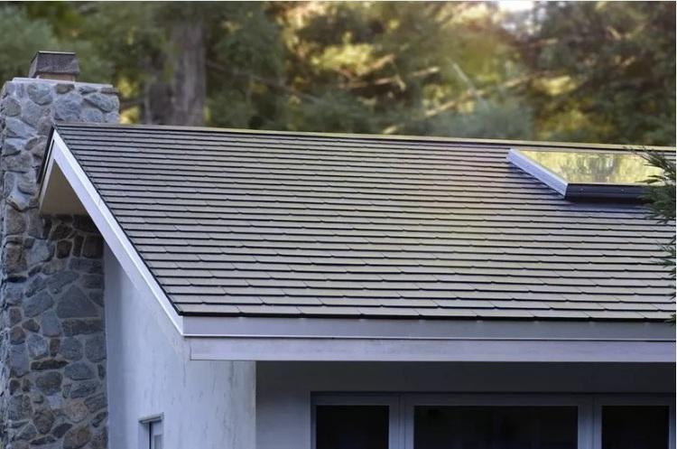 «Ми ніби живемо в майбутньому»: покупці перших «сонячні дахів» від Tesla діляться враженнями