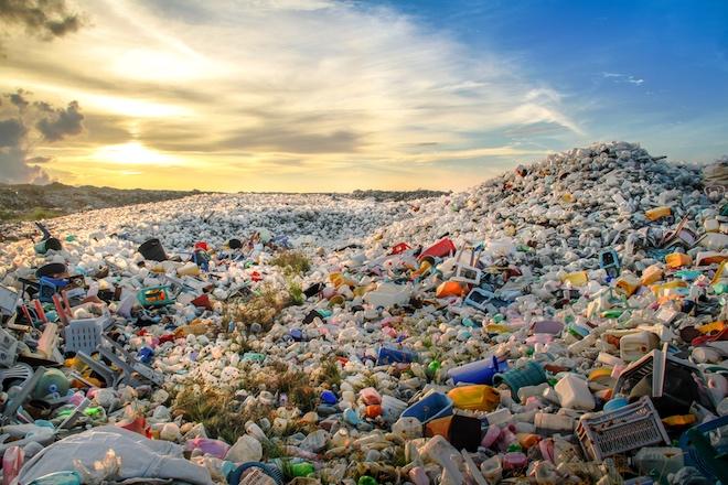Біологи випадково вдосконалили фермент, який розщеплює пластик