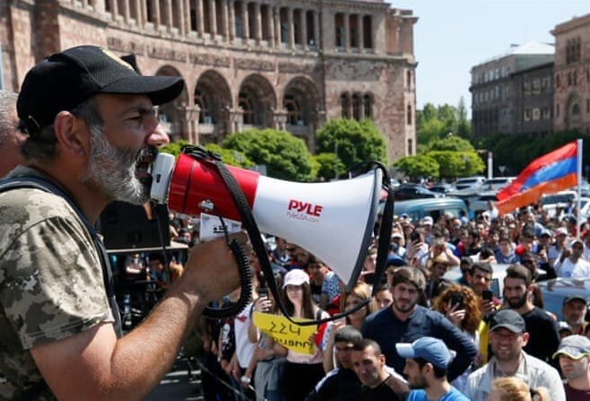 У Єревані знову масштабний мітинг, демонстранти перекривають вулиці (ФОТО)