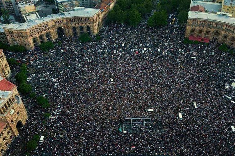 У парламенті Вірменії обирають прем'єр-міністра, на вулицях знову мітинги