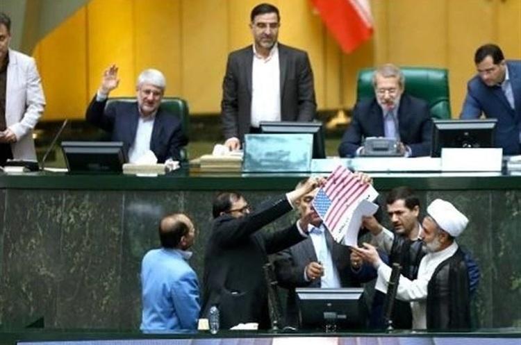 В парламенті Ірану спалили прапор США та копію ядерної угоди